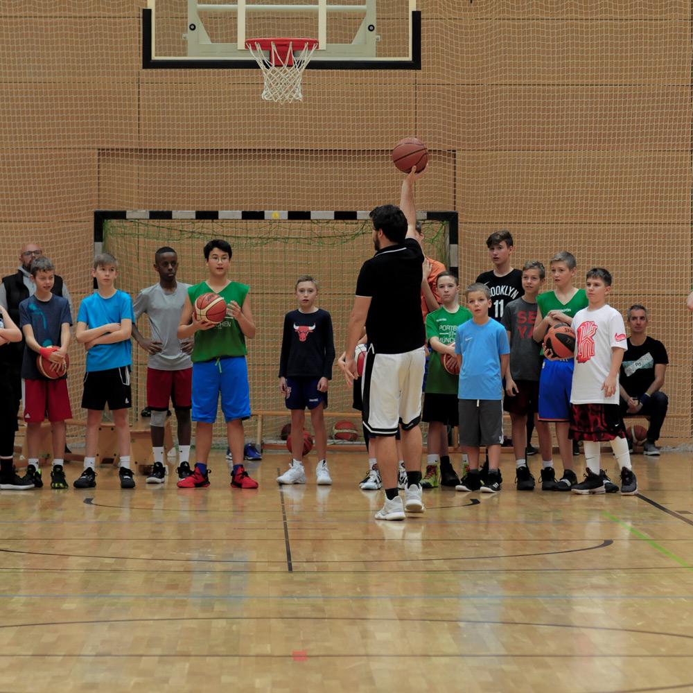 Philipp erklärt eine Übung beim Basketball Camp