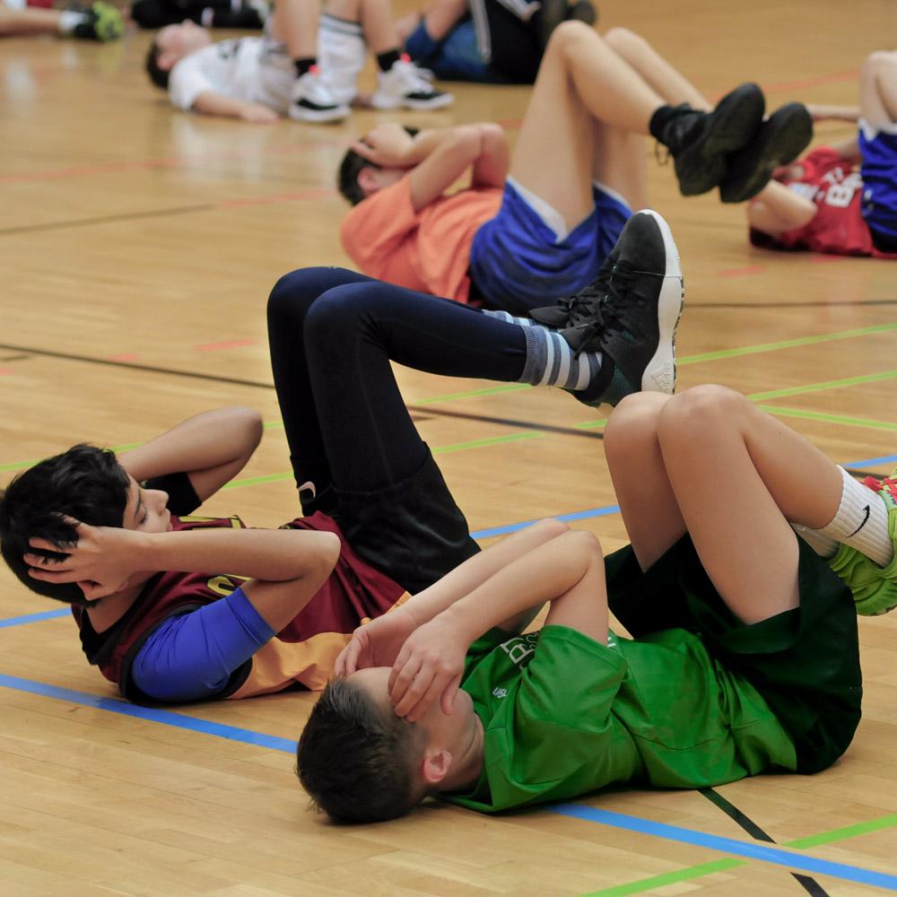 Situps und Core Stabilität – Trainingseinheit beim Basketball & Mind Camp 2020 des DJK Sportbund München