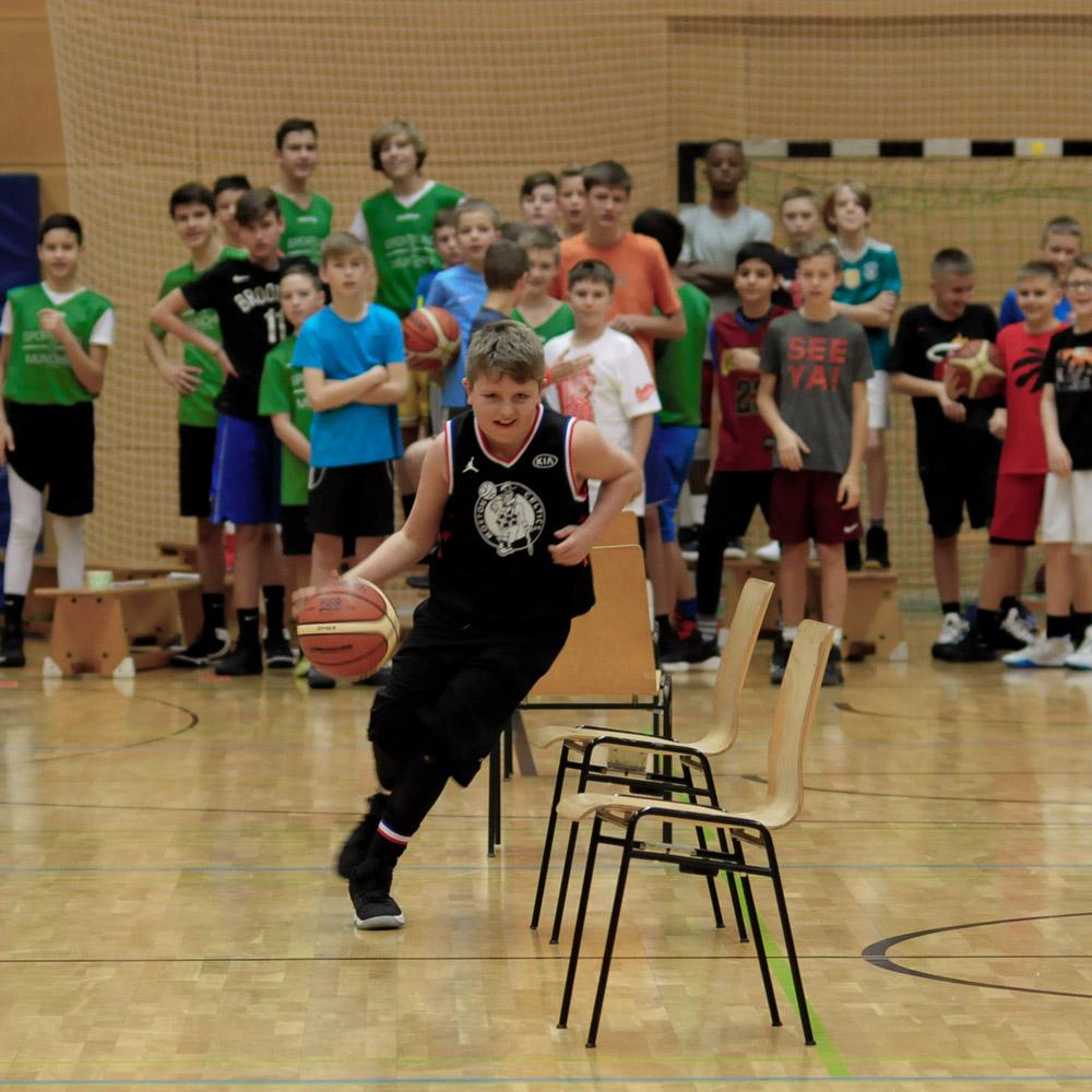 Titus bei der Skills Challange im Basketball & Mind Camp 2020 des DJK Sportbund München