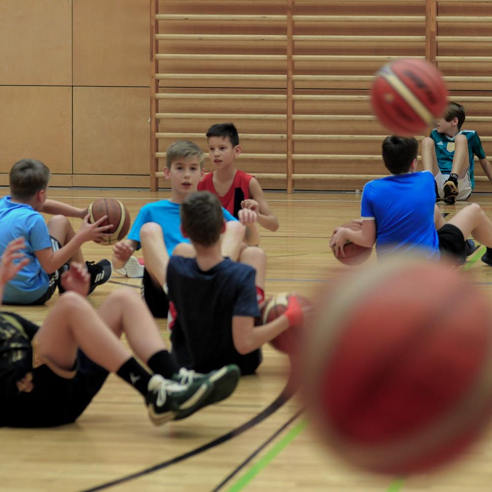 SBM Coaches motivieren die Kids zum Training
