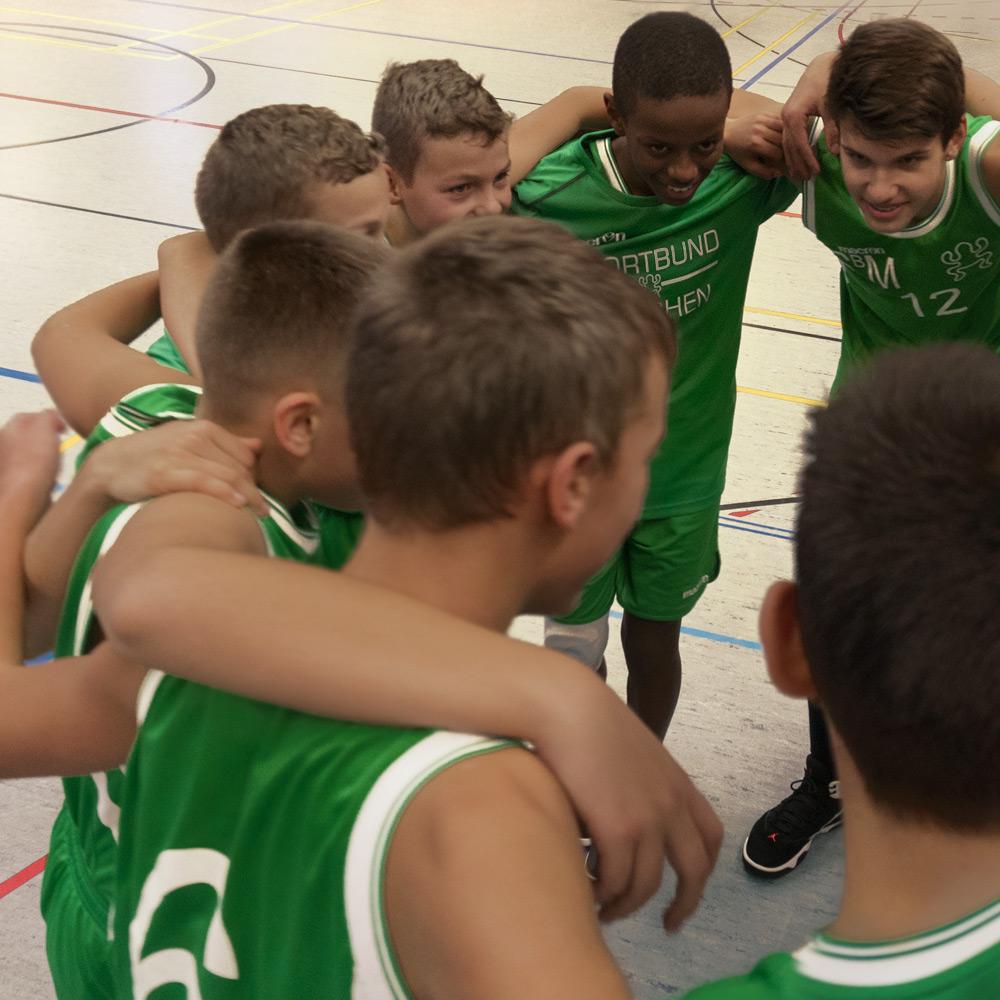 U14 Mannschaft des DJK Sportbund München Basketball feiert einen Sieg