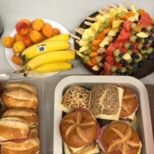 Buffet, Obst & Fruchtspieße und Wurstsemmeln