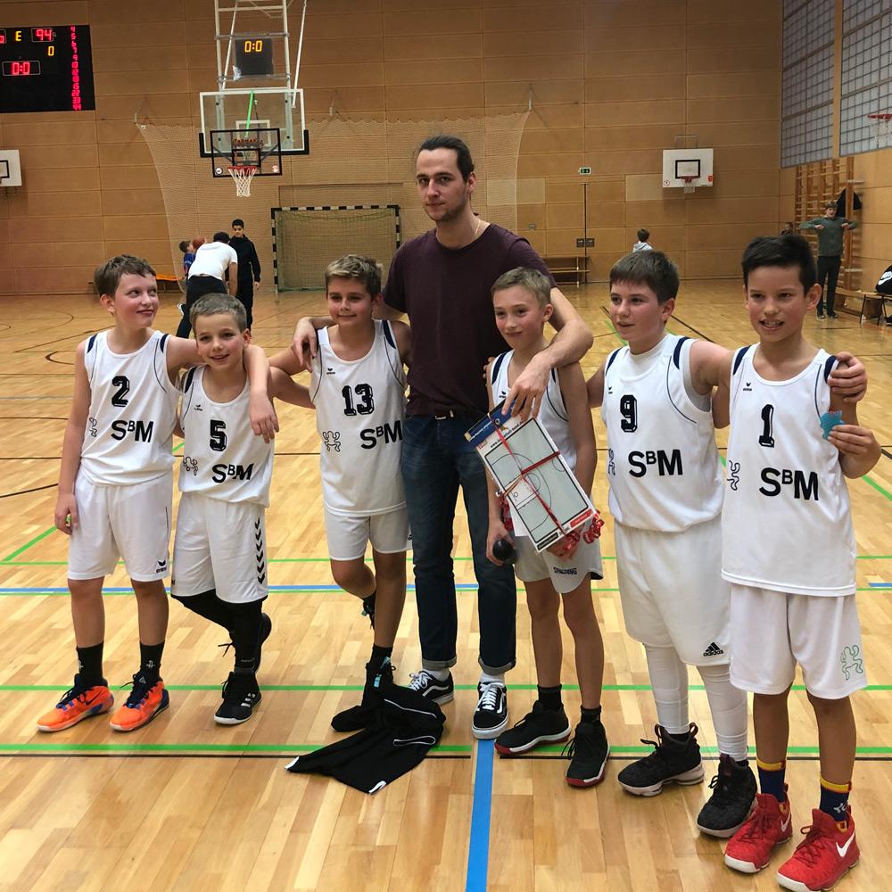 Mannschaftsfoto der U12 Mannschaft des DJK Sportbund München Basketball
